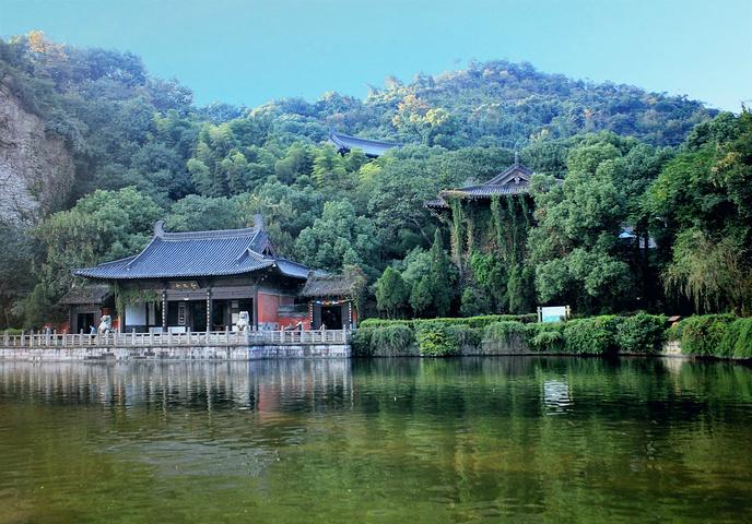 融绍兴水乡风情,古采石遗景,山林生态于一体的风景名胜区,包括柯岩