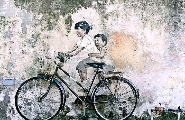 骑自行车的美女,姐姐害怕的在骑在前面,弟弟兴奋面在后的尖叫.美恐怖姐弟图片