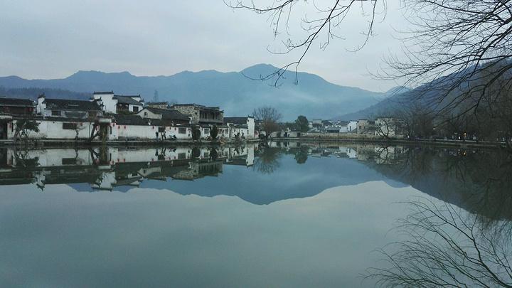 有湖有水的地方很多,能形成镜面的风景也不少,却少有像宏村这么美的.