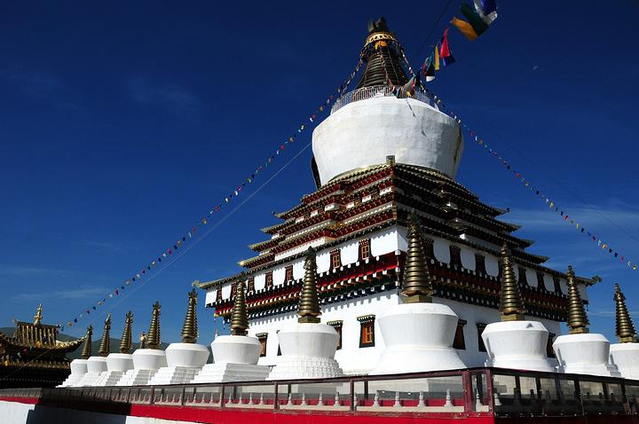 第二天:早上前往格尔登寺,格尔登寺位于四川省阿坝藏族自治州阿坝县城西北角,具有120多年的历史,是阿坝县规模最大的藏传佛教格鲁派寺院。现占地面积为18000平方米,有僧人1000余人,大小活佛14人,该寺建于同治9年(1870年)。 众多前来朝拜的藏民脸上多有刻满岁月的沧桑,他们虔诚地转动着一个个转经筒,缓缓行进,沉静的长廊里只悠悠听到吱吱扭扭的声音。 格尔登寺大经堂有120根柱子,可容纳数千僧民诵经、祈祷,是藏区屈指可数的大型经堂,墙上挂满了堆绣、彩绘和用矿物颜料绘制的许多珍贵的唐卡。大经堂正在讲经,一