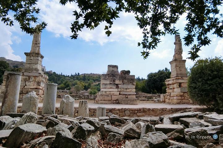 如今的雅典古代集市看上去几乎是黄土一片,星星微微地长出些青草来,其间散布着断壁残桓,几乎没有什么成型的建筑。在仅有的几尊残缺雕像旁边,就是苏格拉底曾经的讲经布道之处。 曾经的荣光已经不再,市集一次次地在希腊人、罗马人、土耳其人手中被摧毁,又一次次地在废墟上重建,无论多少次的兴盛衰亡,依然是每一个时代最繁华的所在。今日雅典最繁华的Monastiraki跳蚤市场,与废墟也不过只一墙之隔。 雅典古代市集除了废墟,还有几大看点:一是废墟东侧的阿塔罗斯柱廊Stoa of Attalos,一是废墟南侧的圣使徒教堂C