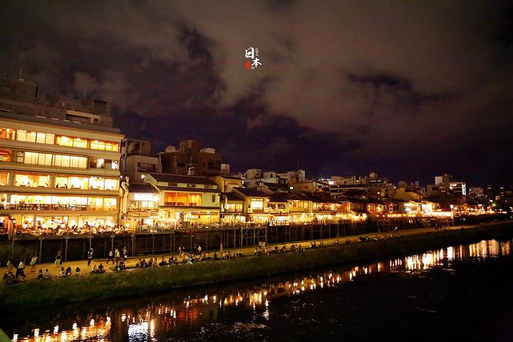 京都有一条灵魂之河,那就是鸭川。它是代表京都的一条长31公里的一级河川。静静的鸭川从京都穿城而过,因为环保做得好,这条河流的水十分清澈。从古代起居民已经住在河流的两旁,特别是西岸及南岸。白天的鸭川是安静的,一眼望去,有坐在河边垂钓的老人,有拿着画板盘坐写生的学生,也有漫不经心围着河边散步的游客
