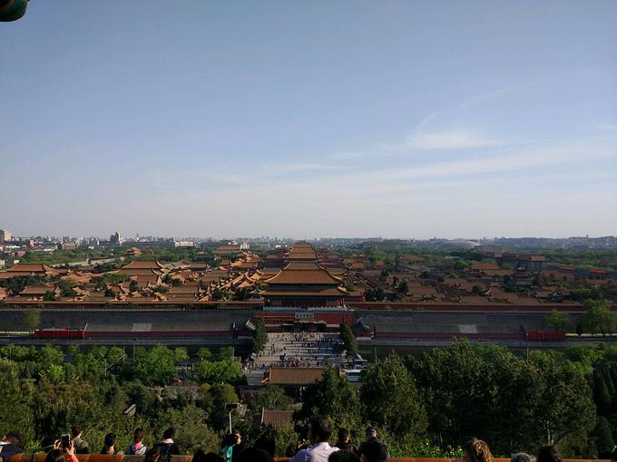 景山公园就是故宫出来以后,后面的一个公园,然后可以鸟瞰故宫,这个