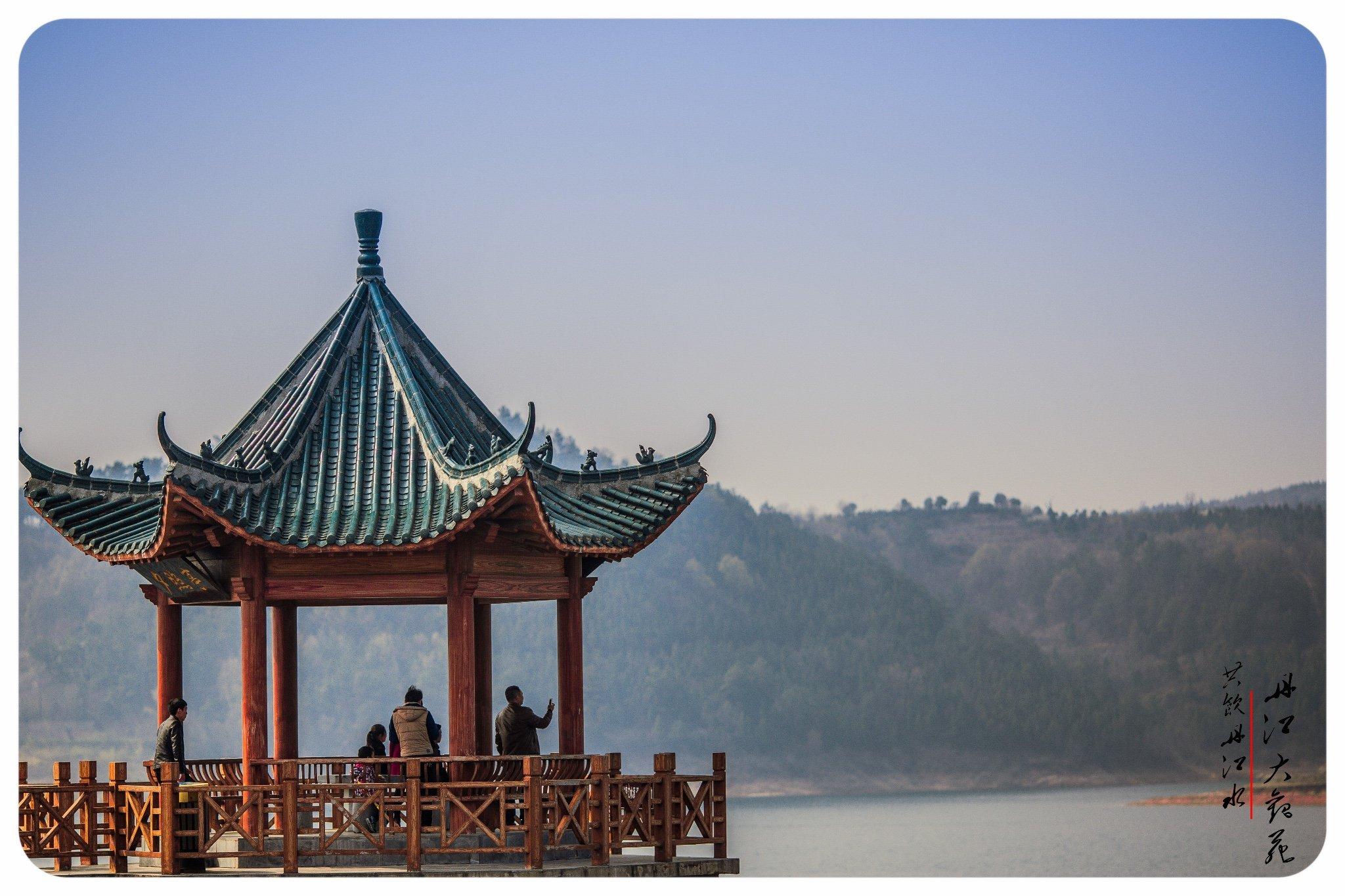 路过那凤凰桥,欣赏着江水碧绿,波光粼粼,与沿江廊上的美景如云相呼应.
