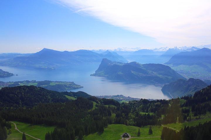景色非常壮观,令人心潮澎湃,赞叹大自然的鬼斧神工:阿尔卑斯诸峰的