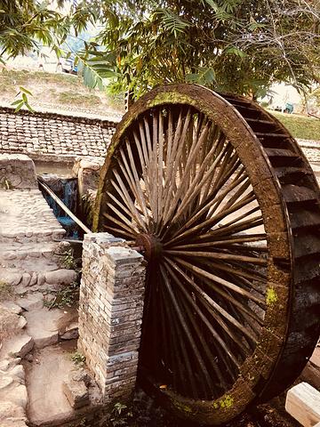 村民自己纯手工制作的竹制品,一个三元,十元,十五元实惠又好玩.