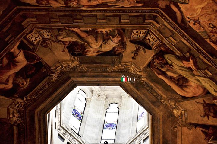高达84.7米的乔托钟楼是世界上最漂亮的钟楼之一 是佛罗伦萨哥特风格的典型建筑 钟楼由文艺复兴时期著名建筑家、绘画家乔托于1334年设计建造 钟楼呈正方形,共五层,每边长14.45米,造型极为壮观 乔托比米开朗琪罗早200年,是文艺复兴绘画之父 他用了三年时间建造了楼基和第一层之后便去世了 第二层到第四层是在乔托的弟子安德烈比萨诺的领导下继续进行 后由佛朗西斯克塔伦地于1359年完成 第五层是后来加盖的 钟楼外表用粉红、浓绿和奶油色的大理石按几何图形装饰 乔托建的第一部分分上下两段,为无窗闭合结构 四面有