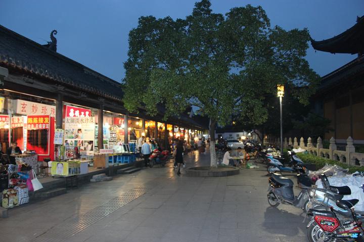 观前街内遍布商品,小吃,服装店,熙熙攘攘,热闹非凡