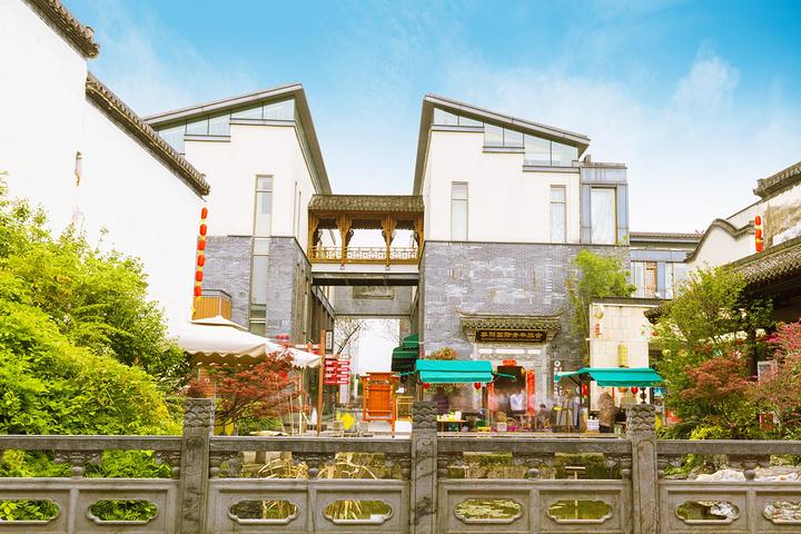 青瓦白墻二層別墅圖片