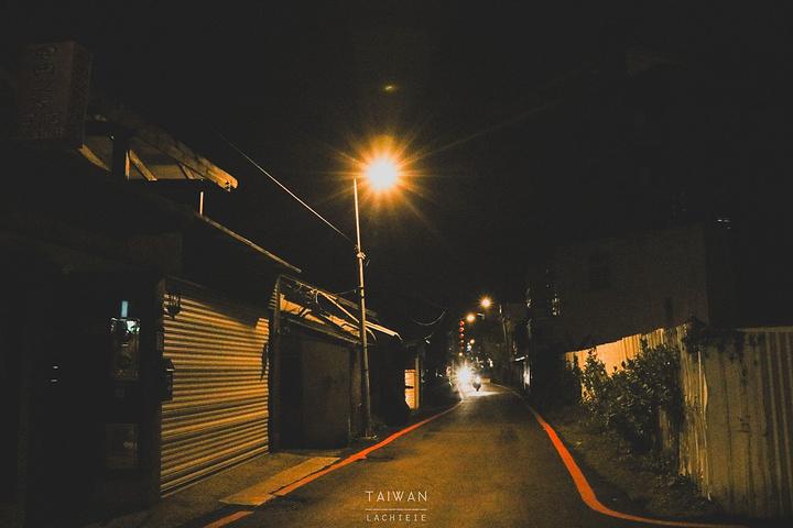 昏暗的灯光,安静的街道,低矮的房屋
