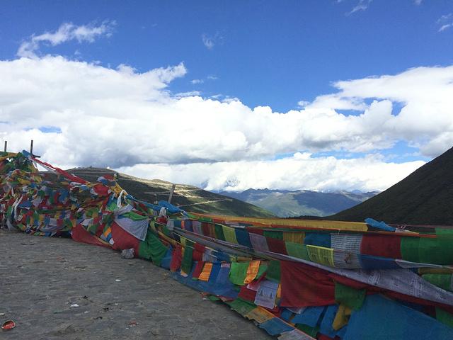 旁的本日拉山,是西藏苯教的圣地,为西藏四大神山之一,来此转山朝拜的