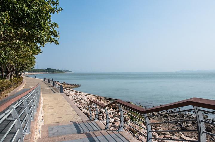 """第二日午后,早早下课,立马地铁到 深圳 湾,骑上一辆小黄车,风一般的在海边骑起来,虽然天气一般,海面上有比较大的雾气,不过就这样在海边骑行还是很舒服的,推荐有时间的小伙伴都来骑行(步行真的是有点距离,骑行大概要2-3个小时,步行可能就一天了) 深圳 湾( 中国 大陆以外称后海湾)是 香港 和 深圳 市之间的一个海湾,准确位置介乎 中国 香港 新界 西北 部和 深圳 南山区的西部对开海域,位于元朗平原以西、蛇口以东。 深圳 湾原称""""後海湾"""",意思是位于 深圳 前海湾之后的海湾。 深圳"""