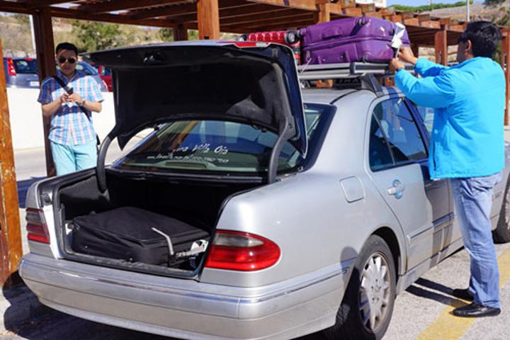 打车到酒店,司机貌对似众多大已经习以为常了,直接绑车顶上 车费是