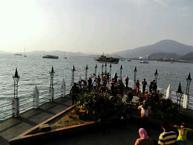 还有到泰国的航线,贝丽岛,普吉岛……瓜埠码头有很多游艇停靠,我猜