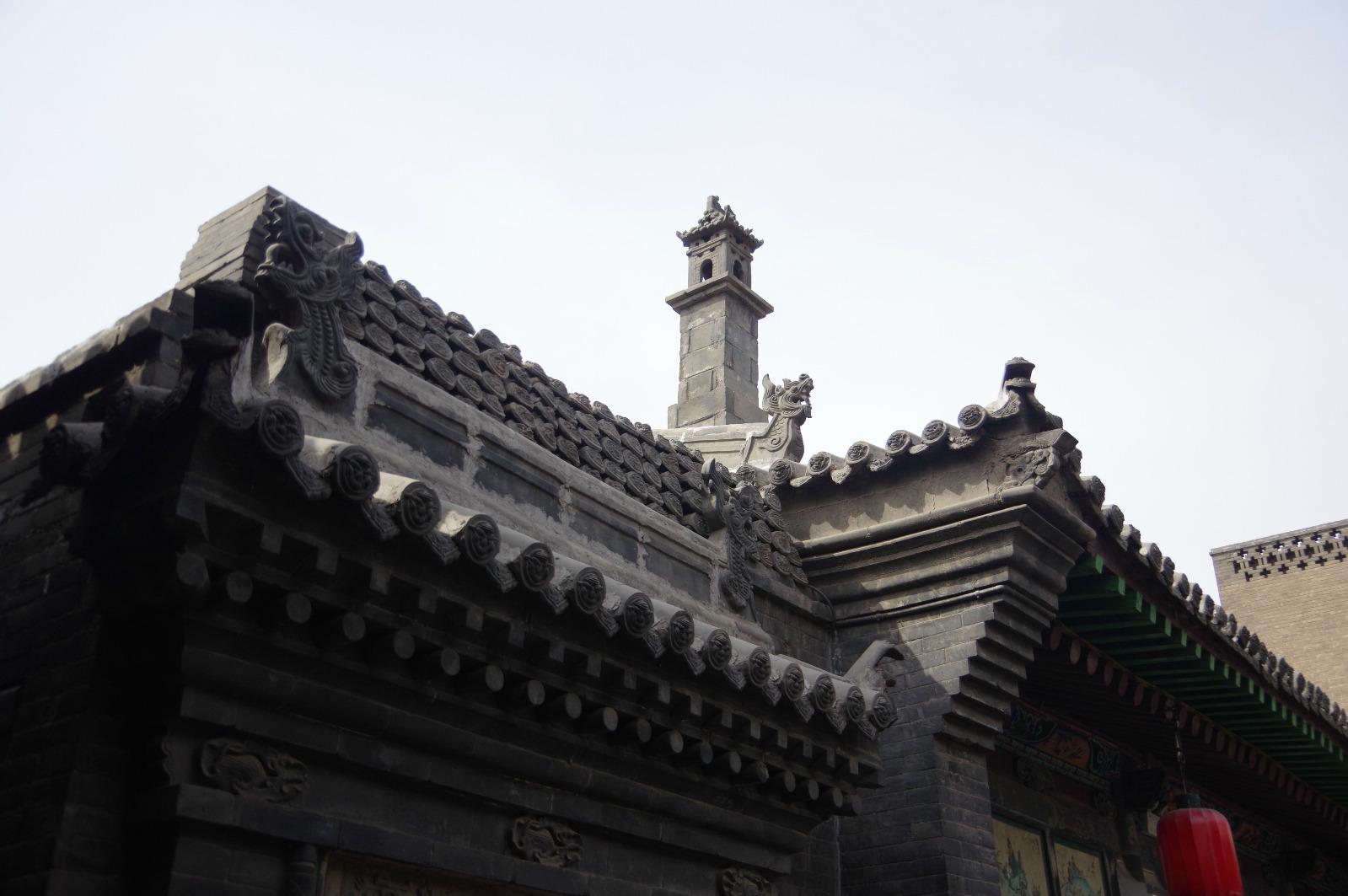 左右厢房为木结构单坡瓦顶
