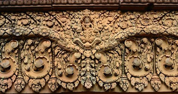 (2)撼动须弥山 (西侧塔庙门楣上的故事) 传说,10首20臂的魔王拉代那 在打败天帝因陀罗后,又想去挑战湿婆神。于是,他来到湿婆神居住的须弥山,用力摇动。画面下方的动物和中间的修行者都惊慌起来,湿婆神的妻子也十分害怕。湿婆神一把抱住妻子,然后,伸出右脚,用脚趾踩住大地,结果魔王拉代那就被困在了地底。 直到 多年后,魔王拉代那认输,同意乖乖地呆在楞枷岛上,才被 放出。可是他并没有遵守诺言,这才又引出了后来在吴哥窟中所描述的《罗摩衍那》的故事。 (仔细欣赏一下,最下层的那些动物还有中间的那些修行者们的表情