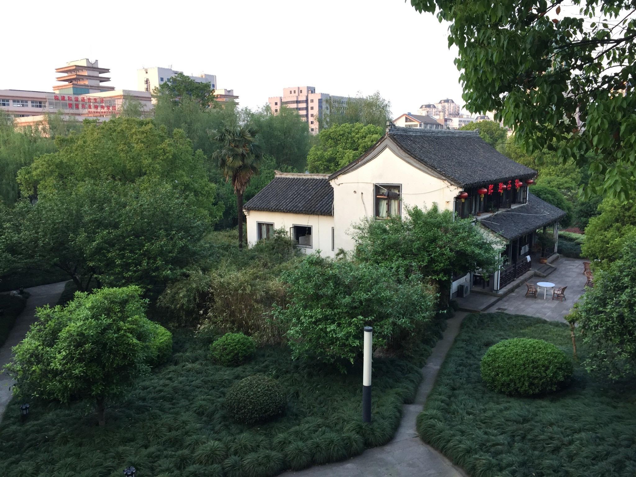 酒店建筑外形继承了江南古典园林特色.