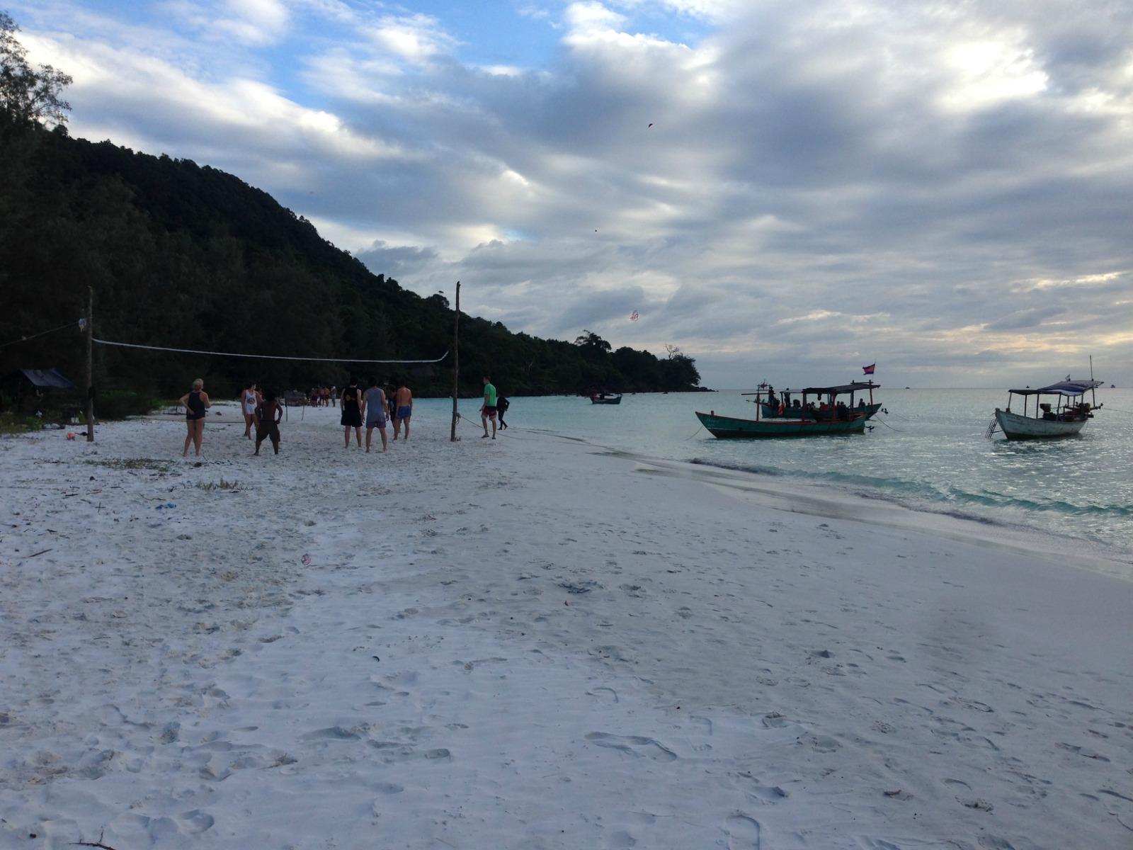 瓜隆岛地处泰国湾,距离西哈努克约2个小时,游客多为欧洲人,岛上有多