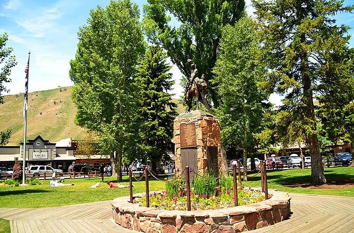 杰克逊小镇(Jackson Hole),洛基山深处的牛仔小镇,是美国很多有特色的小镇之一。小镇四面环山,夏天坡绿树翠,冬天银装素裹,风景优美,是全球有名的滑雪圣地,是从南边进入黄石公园和大提顿公园的必经之路。小镇不大,街道两旁西部风貌的小木屋,尽是些酒吧、旅馆、小餐馆,浓郁的牛仔气息,传统的西部风情,弥漫着整个街市。小镇的中央,是著名的鹿角公园。