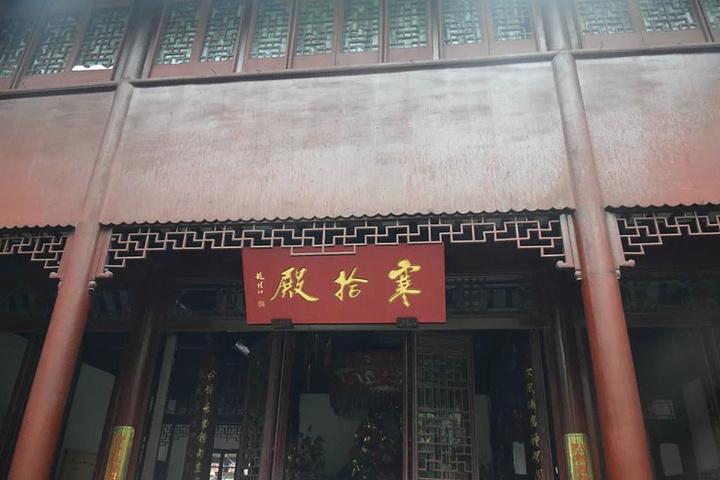 寺里面主要的景点有:大雄宝殿,寒山铜钟,寒拾殿,藏经楼,碑廊,枫江楼