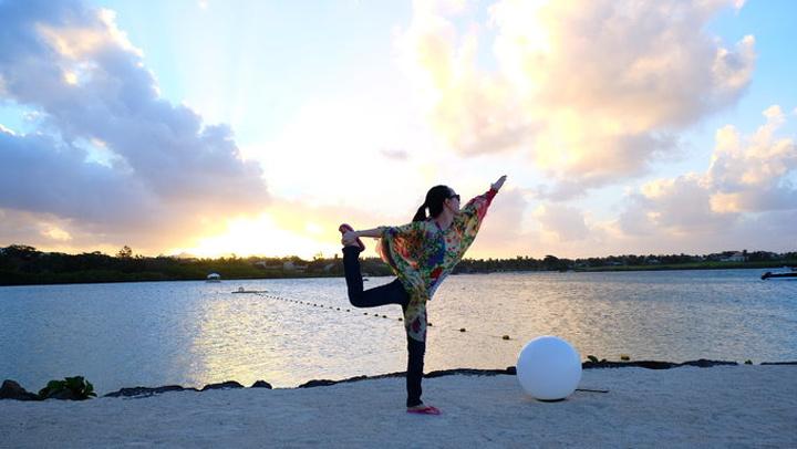 脑洞大开的海边瑜伽图片