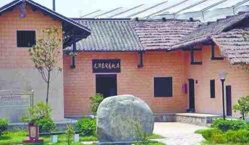 """系土木结构的""""凹""""字型建筑,东边是毛泽东家,西边是邻居,中间堂屋两家"""
