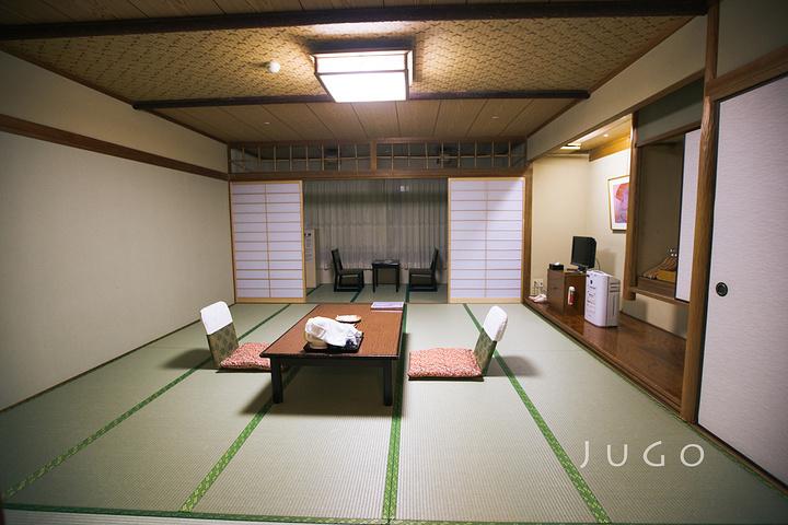 房间里就是日式民宿的设计风格,在这里住一晚,有一种住在机器猫大雄家