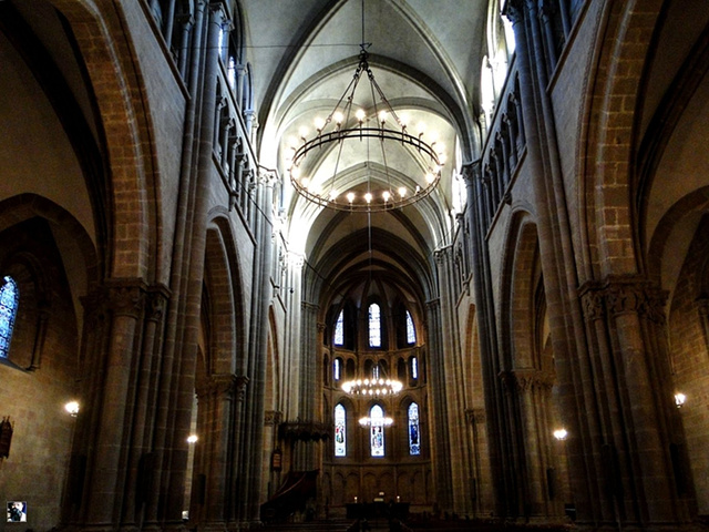 神圣庄严,和谐的建筑比例,优美的石券尖拱,垂直向上的束柱,把会众的心图片
