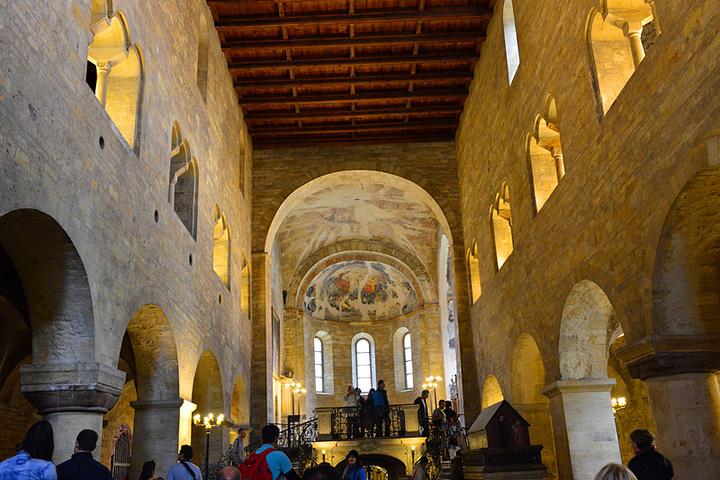 圣乔治教堂的内部礼拜堂,可以看出非常明显的罗马式建筑风格.图片