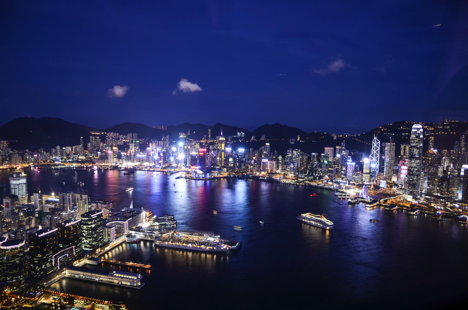 香港天际100(SKY 100)位于香港九龙半岛(Kowloon Peninsula)西侧的ICC大厦上,观景台位于大厦的第一百层,我的门票是提前在淘宝上买的,如果你在国内可以直接寄到家里,如果还在国外旅游不方便接收的话还可以到淘宝店铺在香港指定的票务公司自己领取。淘宝上的票价在86块人民币左右。去ICC可以坐机场线和东涌线在九龙站下车,大厦很高,群楼是商品MALL,景点入口也在一楼,出示门票就可以乘坐电梯啦。 进入电梯间前是香港城市变迁的时光隧道,电梯很快,电梯出来是蓝色灯光的电梯间。  走廊下是香港维