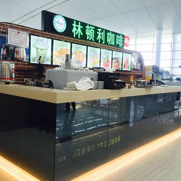 交通指南: 机场大巴 市区至机场: 1、南京南站至机场,发车时间为每天6:00至21:00,每20分钟一班。班车点设在南京南站的汽车客运站内,前往机场的旅客可至南站汽车客运站内购票乘车。由南京南站至机场约需40分钟。 2、南京火车站东广场至机场,经停城东龙蟠中路221号,乘17、36、44、59、71、97、141、309路公交可直达火车站东广场班车发车点,另乘地铁及多路公交可达火车站;乘27、34、37、49、306路公交至公园路或常府街可达龙蟠中路站。火车站发车时间为05:40-21:00,每20分钟