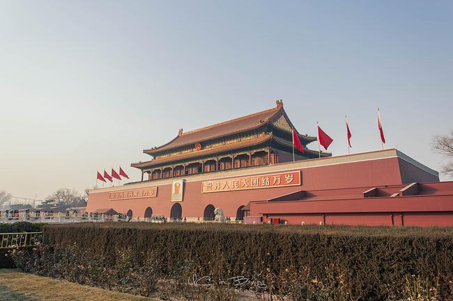 护国寺街在北京西城区,西起新街口南大街,东至德胜门内大街,长约 600米,建于元代,距今已有近 800年的历史,是北京著名的商业街。明称崇国寺街,清称今名,民国后一度称护国寺大街。改造后新开放的护国寺商业街以棉花胡同为界,西侧以护国寺小吃等传统老字号小吃为主,东侧以梅兰芳等名人故居、四合院、私家菜为主。