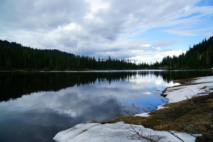 河流,瀑布,溪流,湖泊众多,古代森林,亚高山带草原遍布冰川两旁.