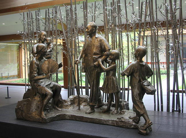 这是出口处的邓小平雕塑