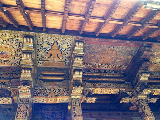 木结构的大殿屋檐下雕梁画栋