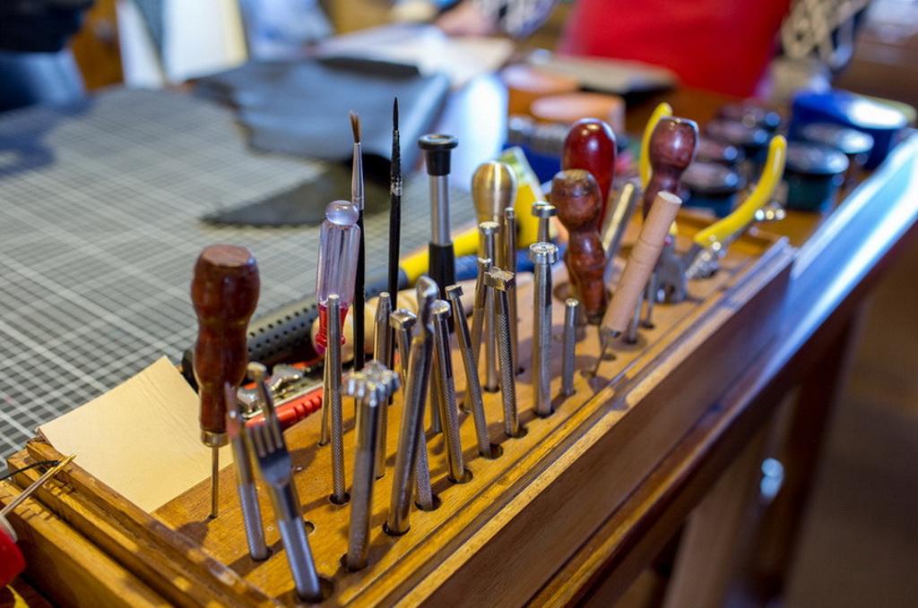 想学习手工皮具,有没有工作室招学徒,因本人玩了一段时间,多少懂点