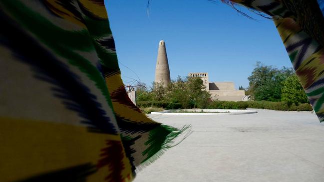 塔身上雕刻有几种宗教的花纹