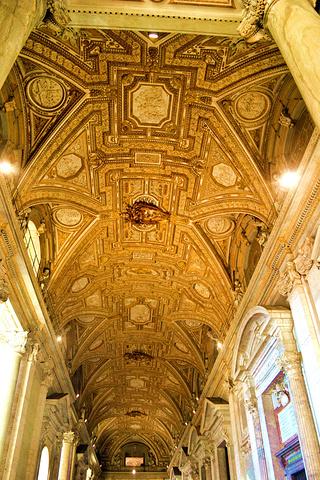走廊里带浅色花纹的白色大理石柱子上雕有精美的花纹