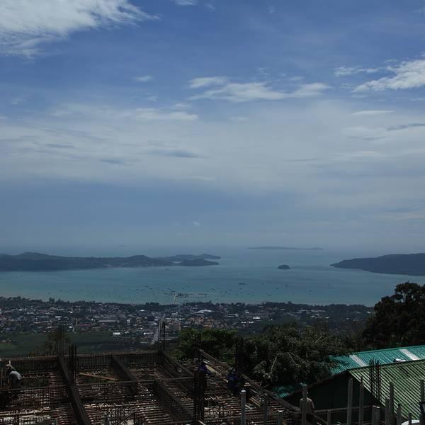 大佛由汉白玉制成,高45米,宽28米,在普吉岛南部都可以抬头看到,非常