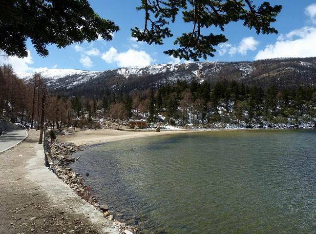 整個木格措風景區以高山湖泊及溫泉為主要特色,融原始森林,草原,雪山