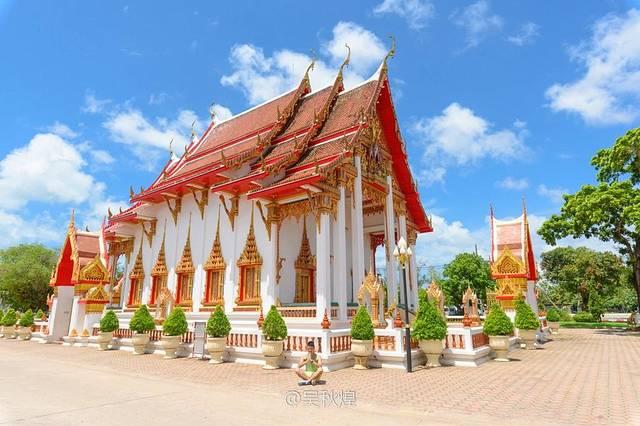【超级推荐大家摩托环岛的时候,一定要去去查龙寺,看看普吉最大的佛教寺庙。】从卡伦观景台开摩托车过去不远,10几分钟就到了。查龙寺里主要有一个大寺庙,还有几个小庙。其中香火最鼎盛的是入口的第一个小庙,门口有3只石象的那个庙,里面有信徒在拜拜,香火超级鼎盛的。注意!进寺庙要拖鞋,不露腿、不能无袖。这个庙,进去参观的时候,建议大家抬头看看天花,圆顶天花颜色鲜艳闪闪发光,绝对亮瞎眼!出了小庙,再往查龙寺里面走,就到了查龙寺里最中心最大的建筑物,应该就是查龙寺本体,长得有点像教堂。在2楼,也供奉很多佛像,但是很奇怪