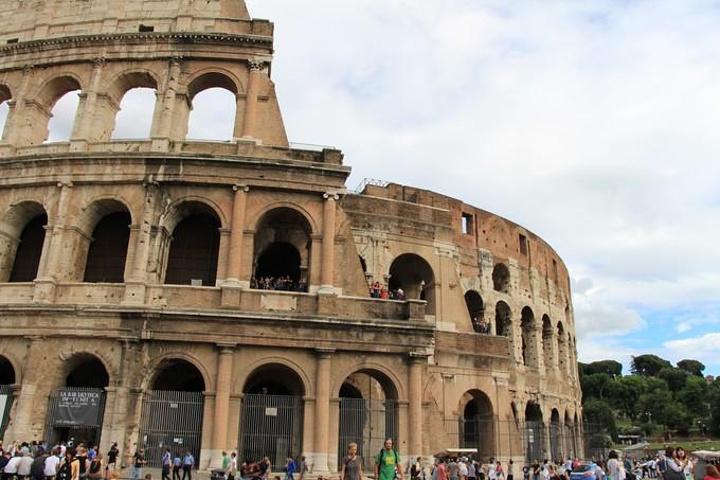 罗马建筑最显著的特点几乎都体现在这栋建筑上了:规模宏大,拱劵和各种图片