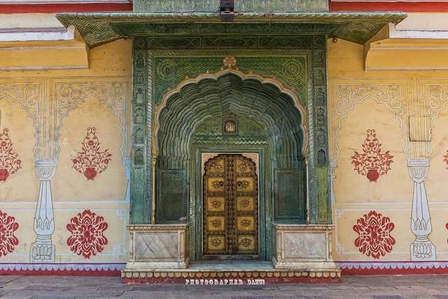 在位于斋普尔旧城中心,一个由精致的庭院、美丽的花园、和各种特色建筑组成的粉色区域,那就是到斋普尔旅行不能不去一看的城市宫殿(City Palace)。 这座由当时的印度王公杰伊辛格二世于1726年开始建造,当时杰伊辛格只是建起了我们目前看到的粉红色外城墙部分,宫殿内部在接下来的几个世纪不断的被扩建翻新,而且宫殿的建筑风格也体现出不同时期的特色,有些建筑风格甚至能追溯到20世纪早期,但不管风格如何,整座宫殿体现出拉贾斯坦特色和莫卧儿王朝奢侈风格,绝对是一座伟大的建筑。 门票500卢比可爱的三兄弟,见到