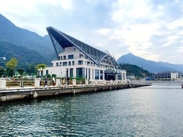 从离酒店不远的桃花溪码头搭乘游轮出湖~ 柘林湖山清水秀,湖面宽广