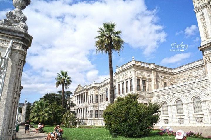"""""""新皇宫整体都是仿造欧洲宫殿建立的,硕大的水晶灯,有14吨黄金用于制成金箔装饰宫殿的天花板_多尔马巴赫切宫""""的评论图片"""