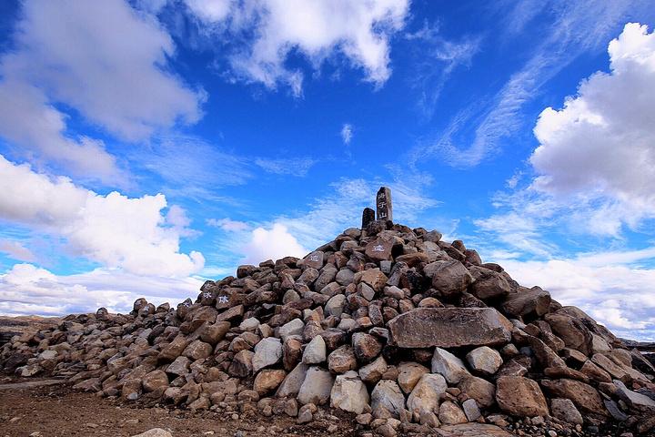 嶙峋怪石及大小海子星罗棋布,构成了海子山最独特的风景线.图片