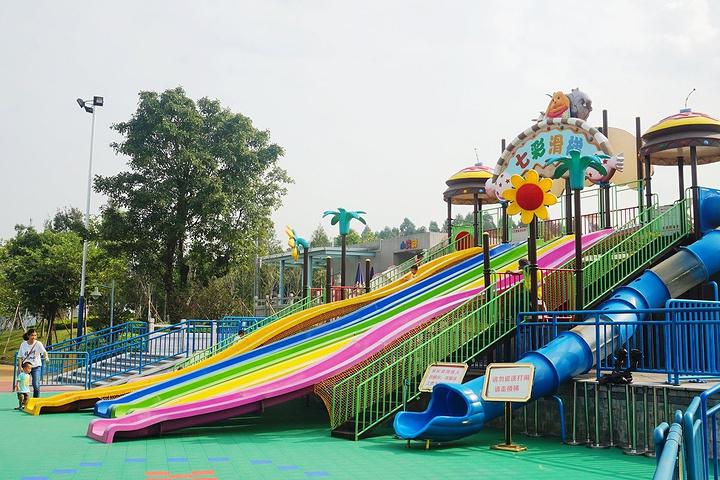 自从广州市儿童公园从人民路搬到白云区后,面积不是一般的大。公园里的设施基本免费玩,例如海洋乐园、沙滩乐园、五彩章鱼东门周围主要景点有:欢乐谷、高尔夫乐园和七彩滑梯等。南门周边则有海洋雕塑广场、航模乐园、沙滩乐园等。对小孩来说真的是一次性可以满足所有要求,应有尽有,想玩什么就玩什么。