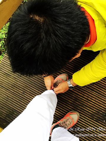心里暖暖的~旅行那几天,鞋带都是老毛负责帮忙系上的,特别紧牢