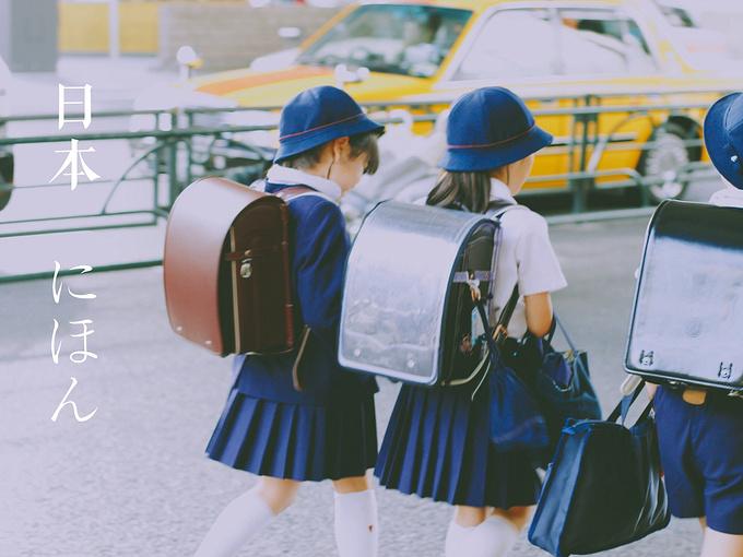 男生和女生的校服都好可爱!还带着帽子 简直萌坏我了!