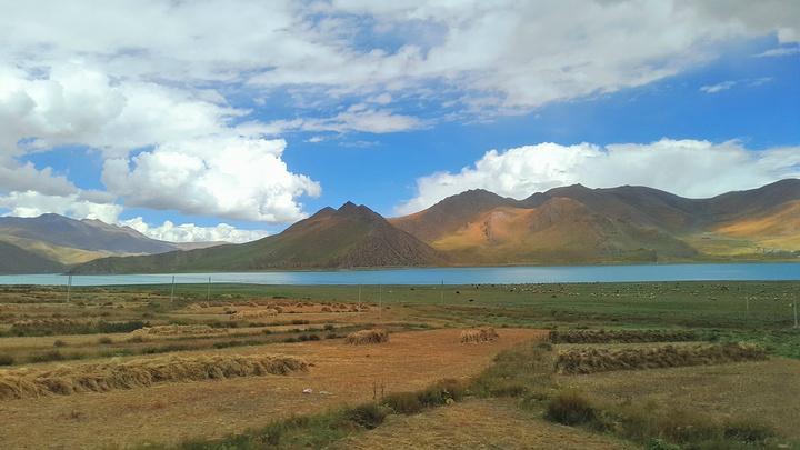 羊湖像極了一位身姿曼妙的女子,她的身軀蜿蜒在群山中達一百三十多